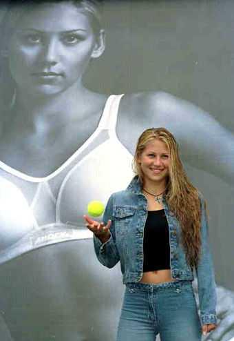 Anna Kournikova tjärnar massor med pengar på olika reklamkontrakt - bland annat för en sport-bh.