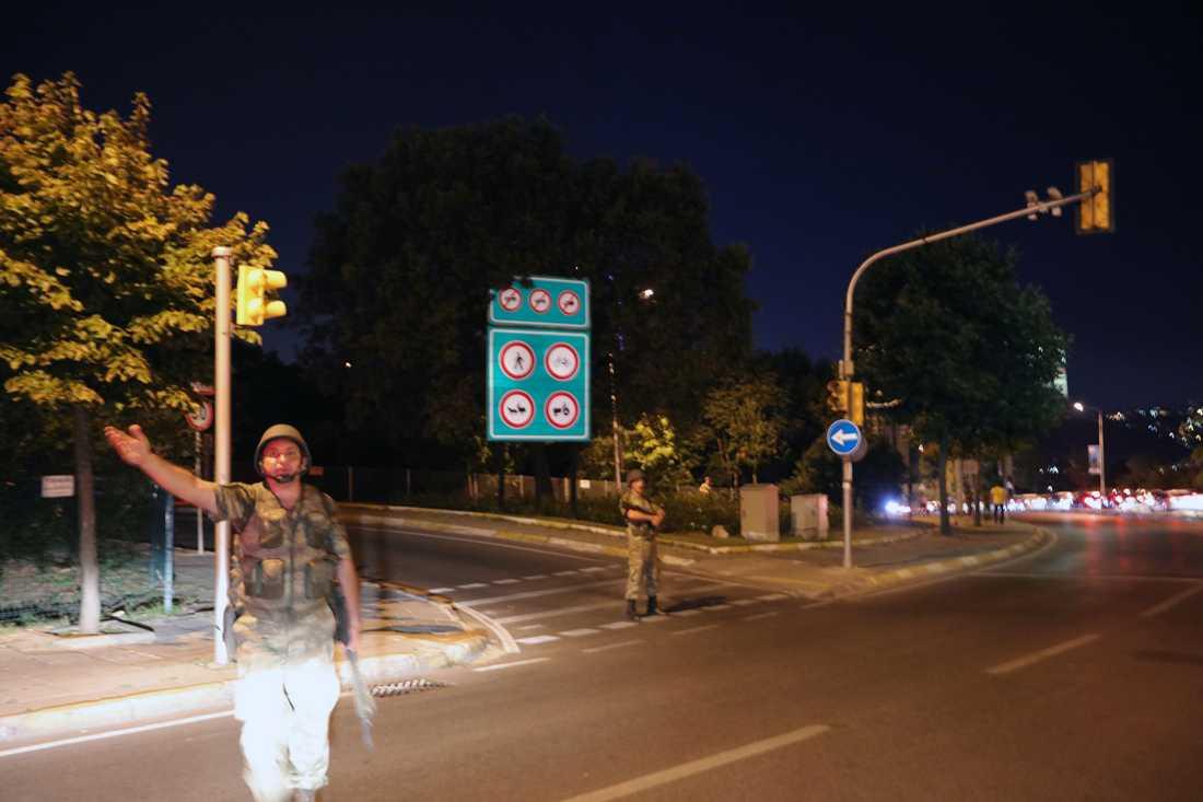 Militär vid påfarten till Bosphorusbron Istanbul.