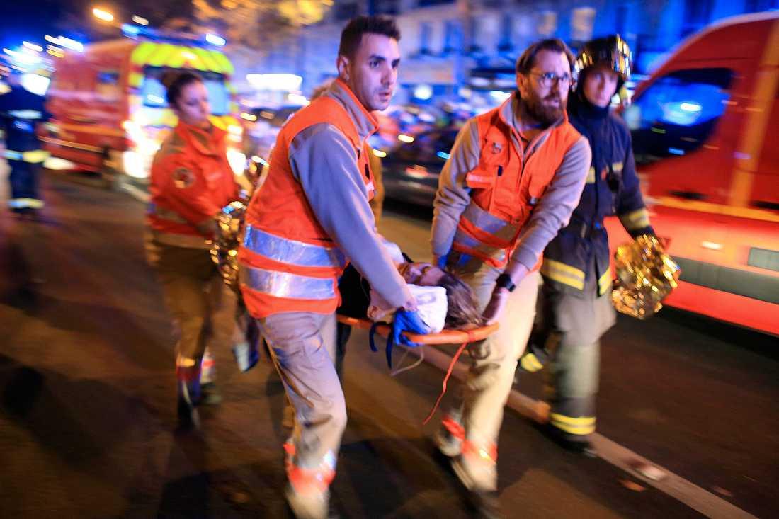 November 2015: 89 människor mördas i konsertlokalen Bataclan i Paris.