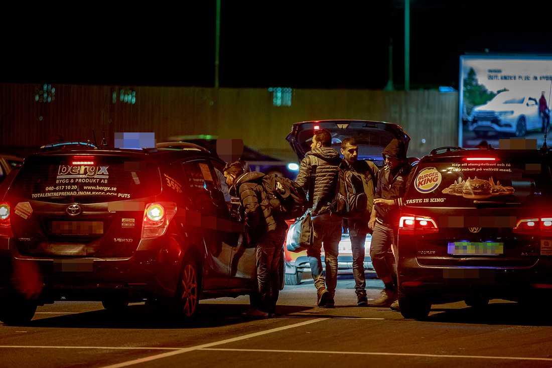 Taxibilar står uppradade vid Malmö centralstation. OBS! Bilarna på bilden har inget direkt samband med artikeln.