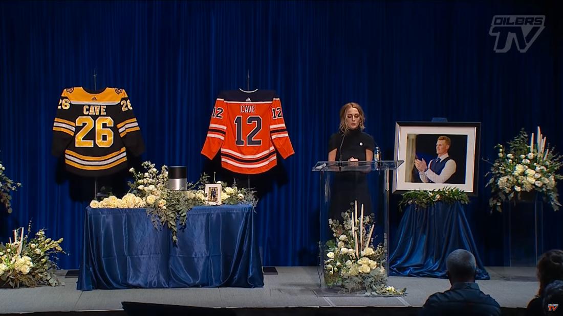 Emily Cave i samband med Edmonton Oilers minnesceremoni för Colby Cave förra veckan.