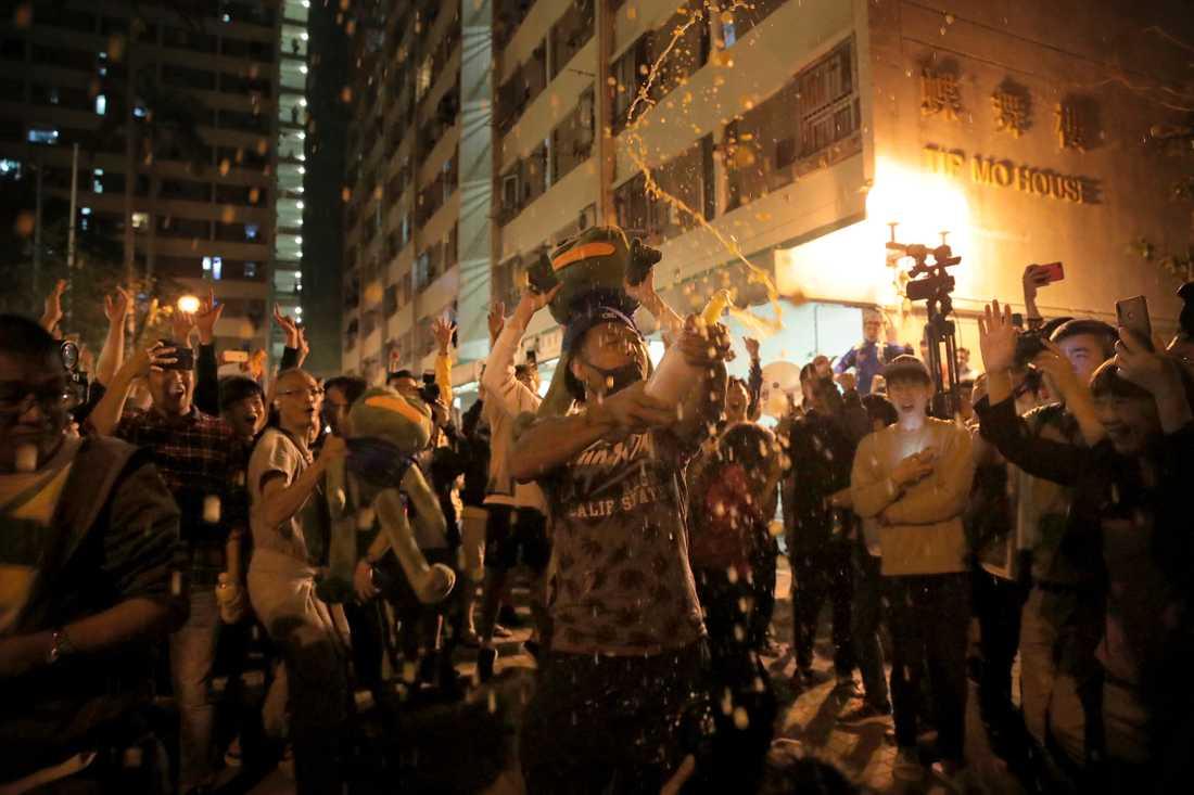 Personer firar efter valet i Hongkong.