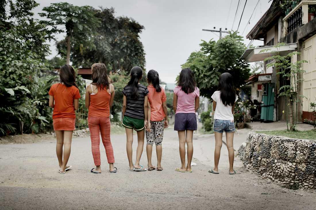 Aftonbladets reporter Kerstin Weigl och fotograf Magnus Wennman åkte till småstaden Cordova på ön Cebu i Filippinerna. Där bor de sex flickorna, de som i den svenska polisutredningen kallas målsägande A, B, C, D, E och F. De bor i samma stadsdel, går i samma skola; tysta Mary, systrarna Vanessa och Josefina, lilla Rosie, sorgsna Corazon och Lea, som så ofta är sjuk.