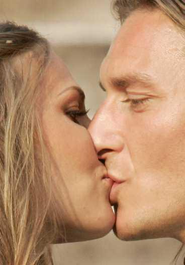 """""""Puss min älskling"""" Romas stjärna Francesco Totti äktade sin Ilary Blasi vid en ceremoni i Rom i går."""