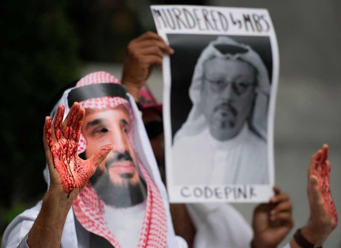 Protester utanför saudiska ambassaden i Washington, USA.