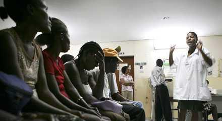 Ett dråpslag mot fattiga En rad kvinnor väntar på att få en aidsundersökning på en klinik på Haiti tidigare i år. Att ett vaccin mot sjukdomen är längre bort än någonsin pratas det tyst om.