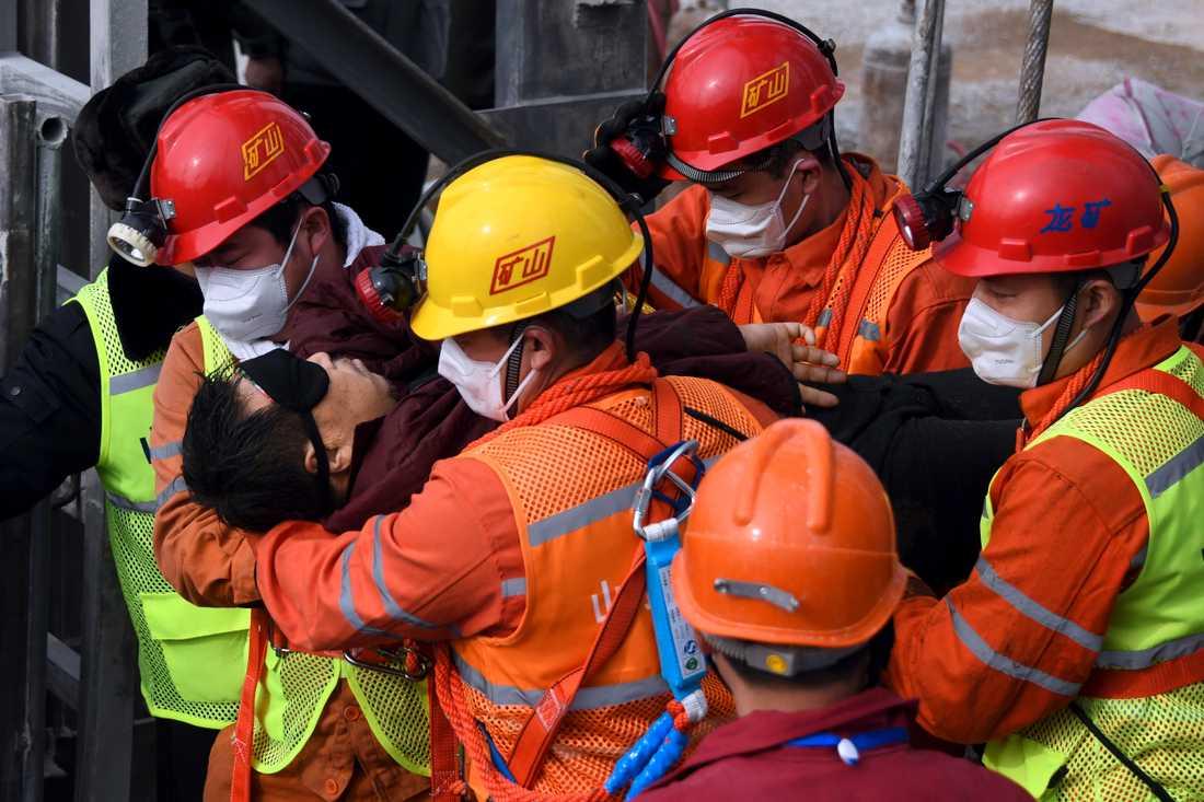 En gruvarbetare räddas efter två veckor under mark.
