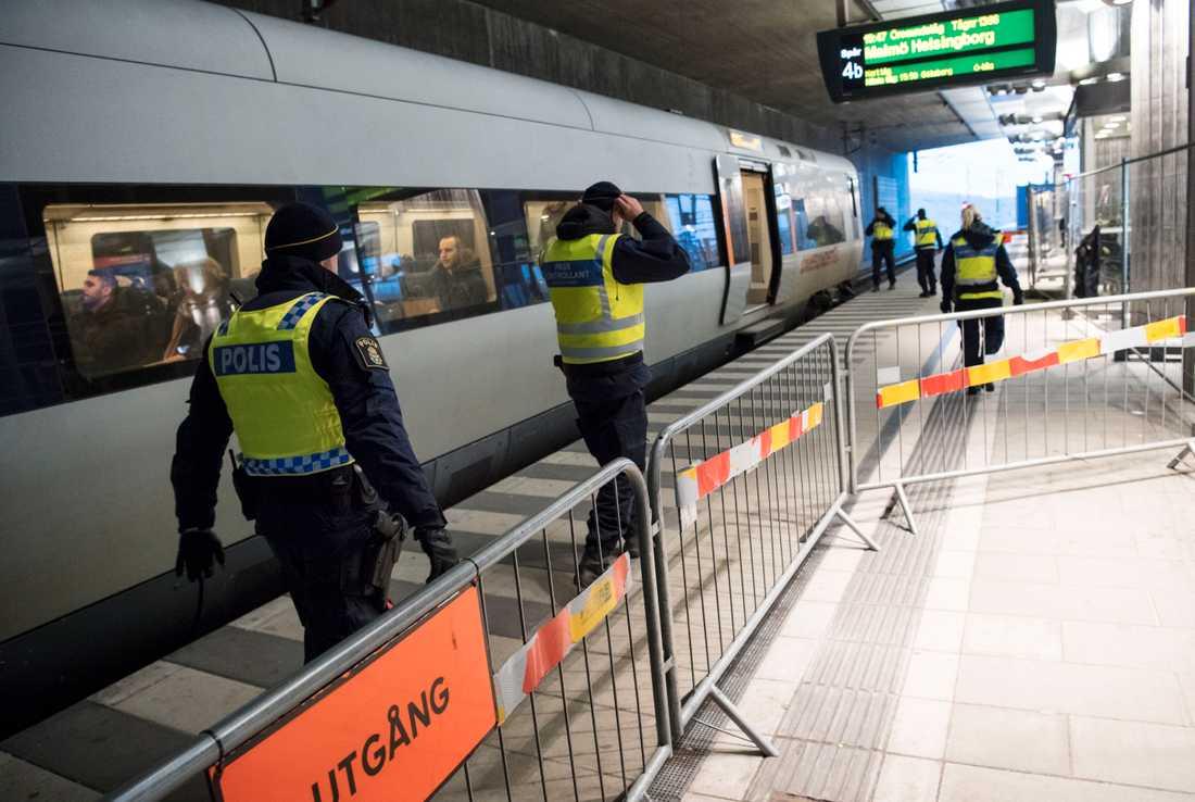Politiska beslut i Sverige och utvecklingen i vår omvärld är osäkerhetsfaktorer när SCB ska sia om den framtida befolkningsutvecklingen. Här gränskontroll i Malmö. Arkivbild.