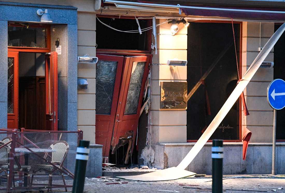 Skador efter en explosion utanför en nattklubb på Adelgatan i centrala Malmö tidigare i juni. Gängkriminalitet debatteras nu i riksdagen.