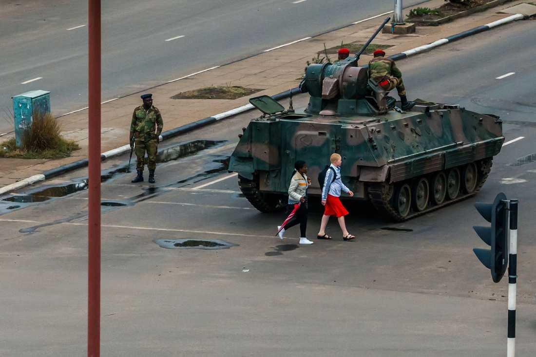 Zimbabwes militär patrullerar gatorna i huvudstaden Harare.