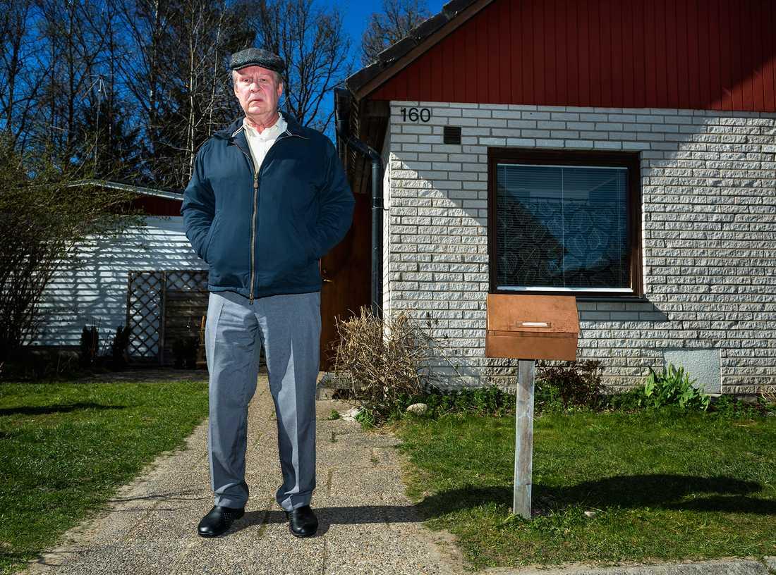 Rolf Lassgård framför huset