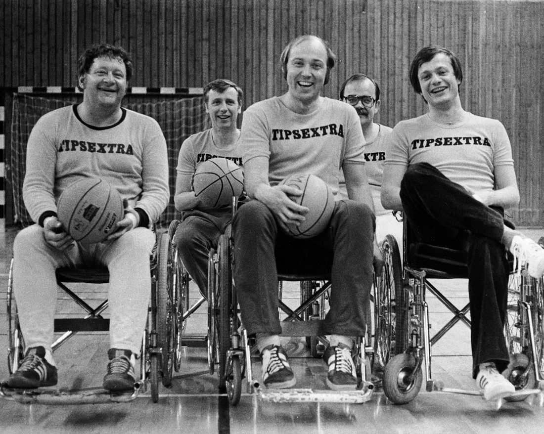 """Tipsextraprofilerna Leif Larsson, Ingvar Oldsberg, """"Loket"""" Olsson och Fredrik Belfrage var med och spelade rullstolsbasket 1977."""