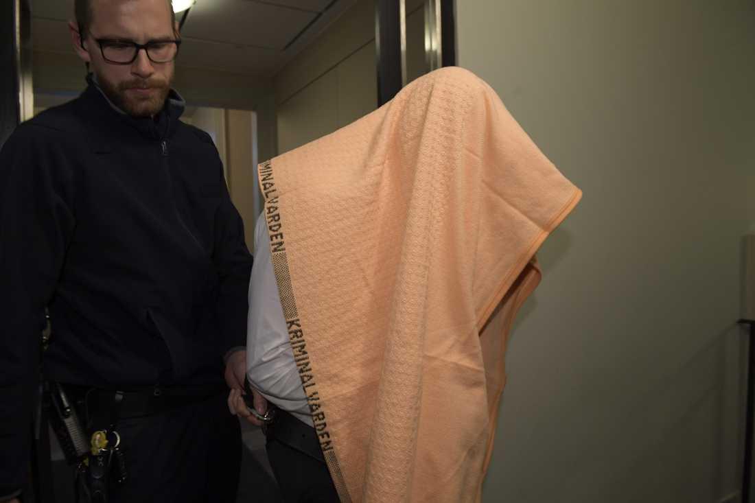 En av de misstänkta männen i jaktbrottshärvan förs in till häktningsförhandling. Totalt är nu tre män häktade, två har försatts på fri fot. Arkivbild