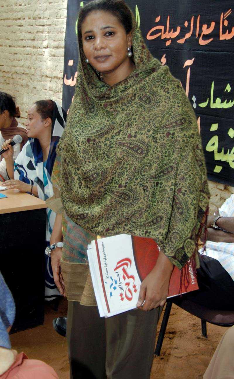 Lubna Ahmed, iklädd de förbjudna byxorna.