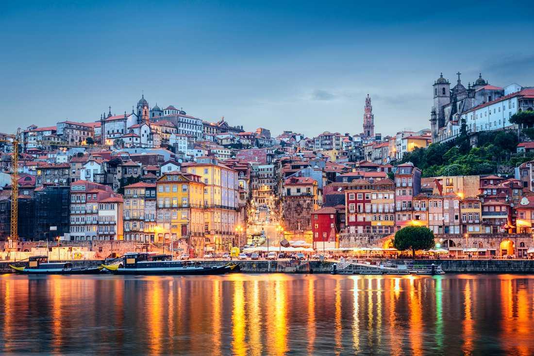 Dourofloden i staden Porto.