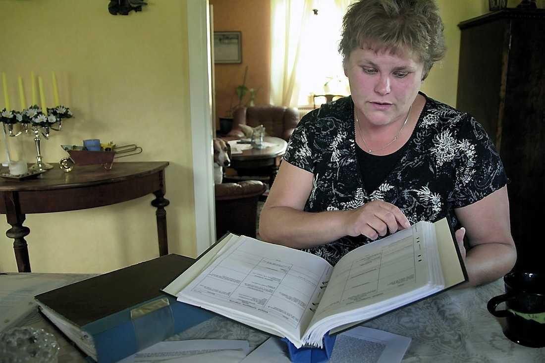 Anneli har dokumenterat sin långa sjukdomshistoria i flera pärmar.