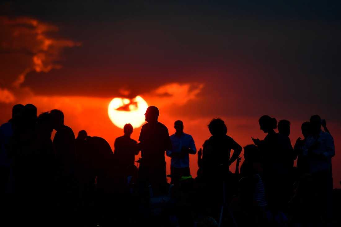 Folk samlade för att beundra månförmörkelsen i Berlin.