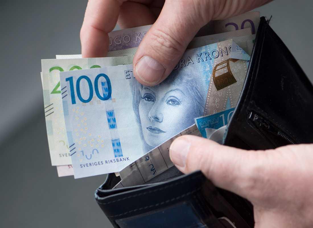 Landstingens regler säger att kontanter ska godtas.