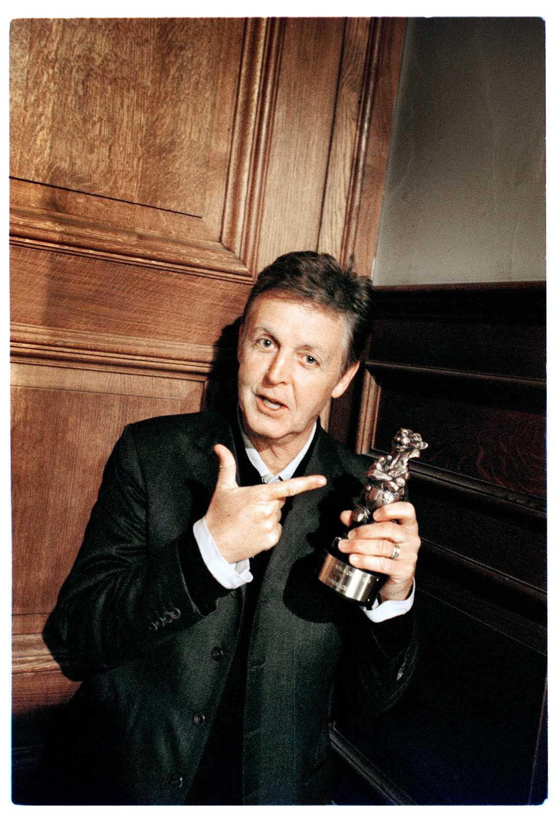 1999 fick The Beatles en Rockbjörn. Här poserar Paul McCartney med priset.