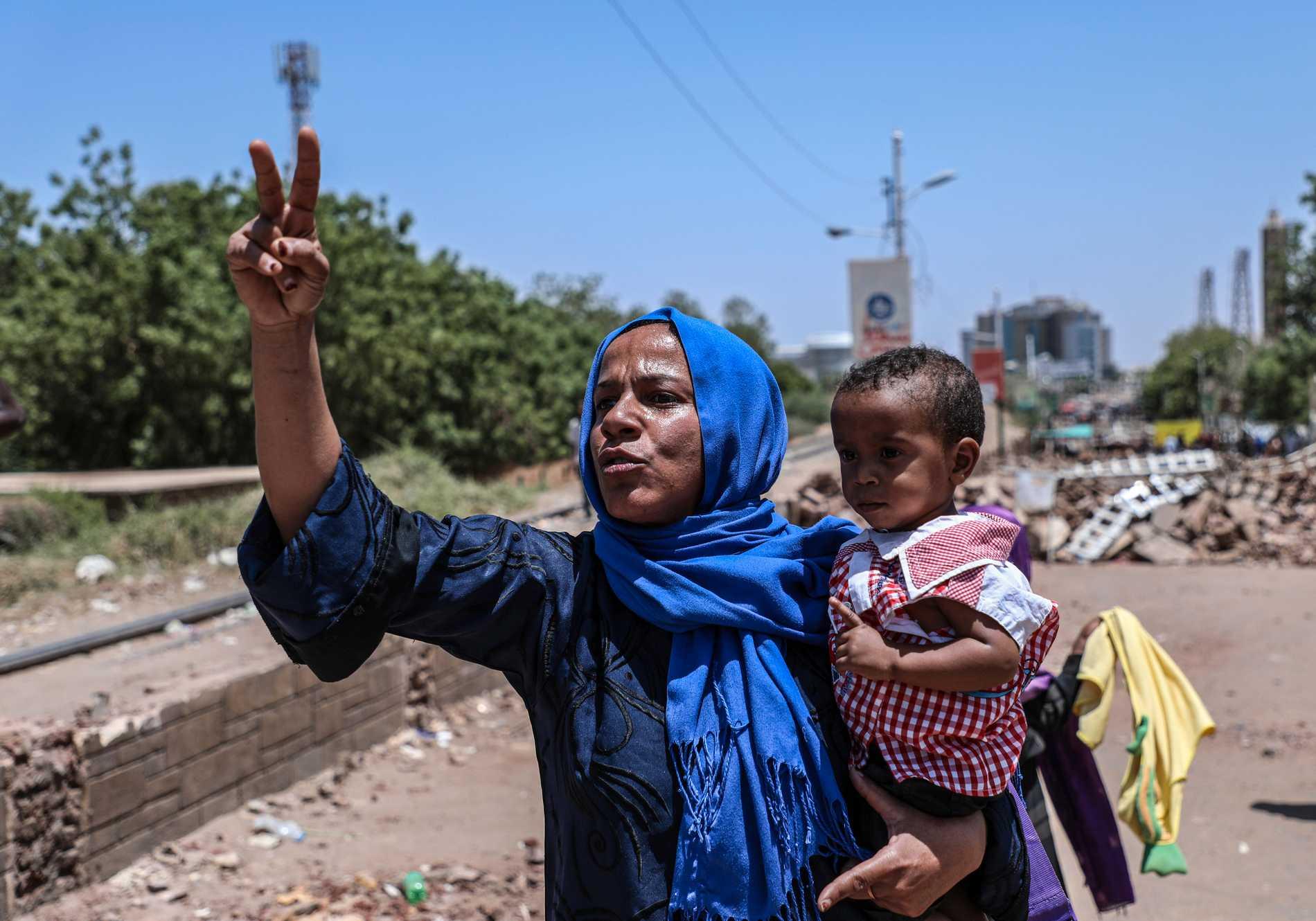 En demonstrant gör segertecknet nära de sittprotester som pågår i Sudans huvudstad Khartum.