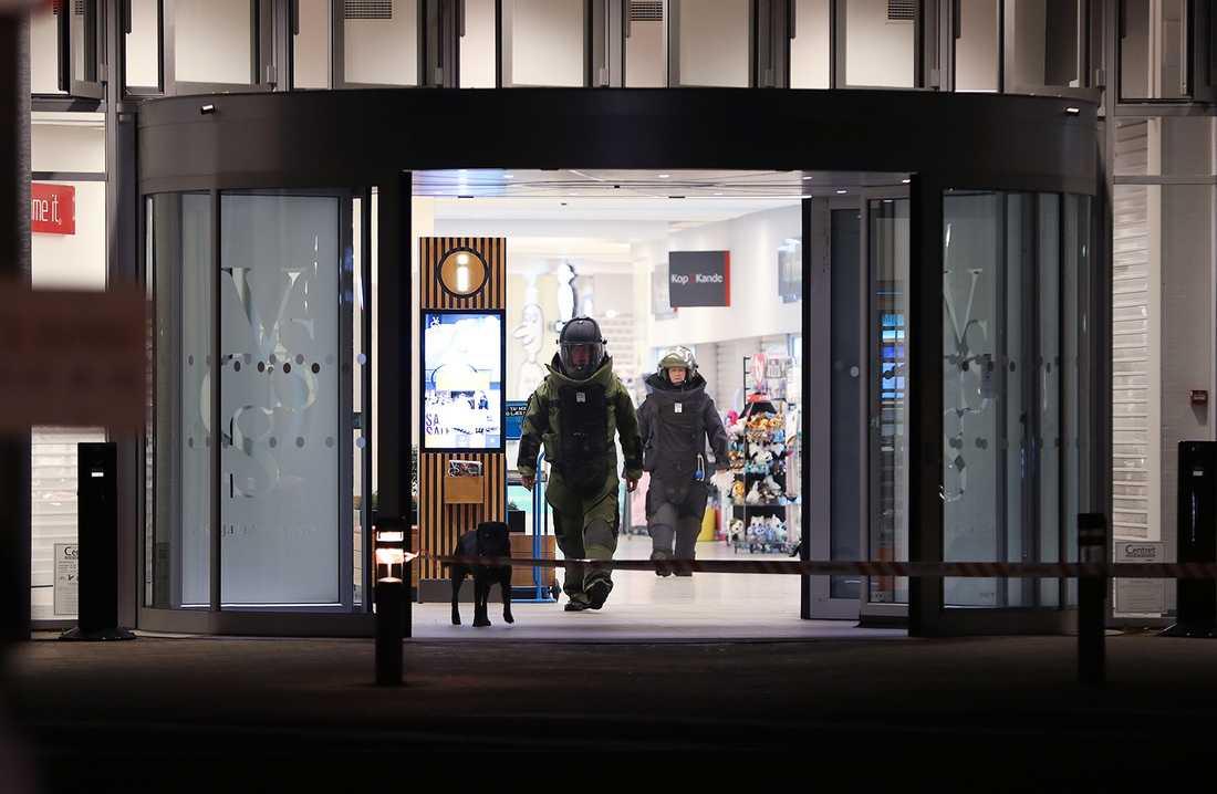 Bombtekniker på väg ut ur Vestsjællandscentret i Slagelse. Gallerian är en av de platser som bombhotades.