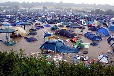 Så här ser tältområdet ut efter dagens skyfall.
