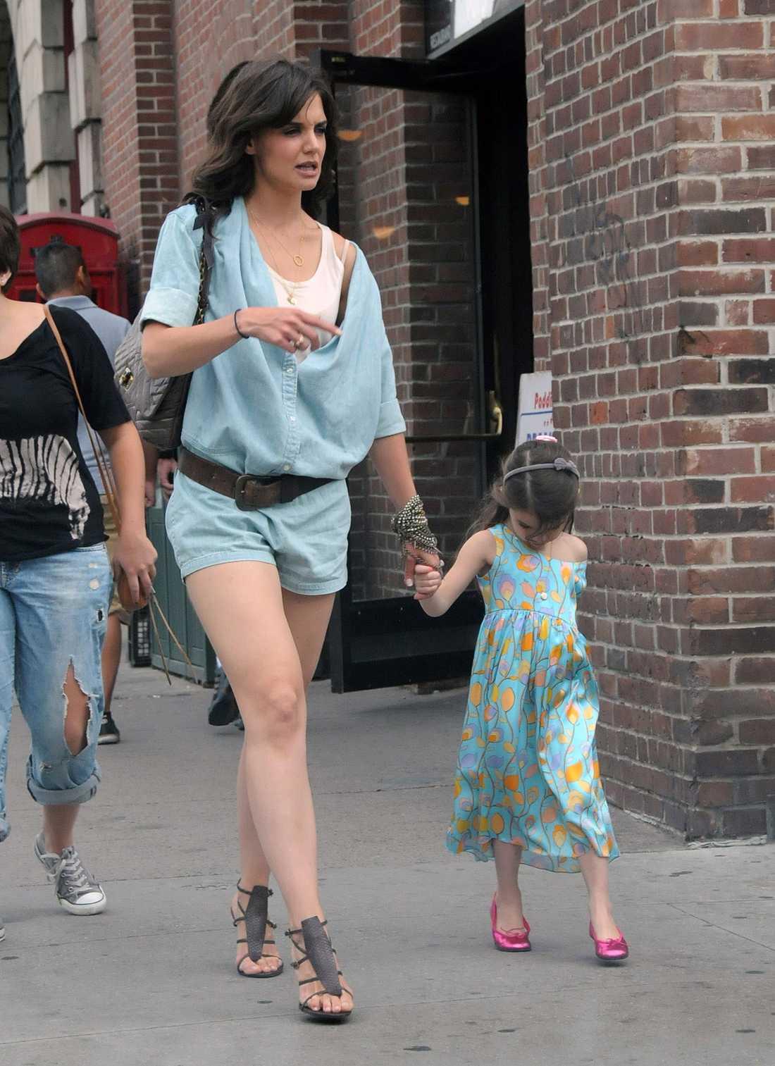 Suri tillsammans med mamma Katie Holmes.