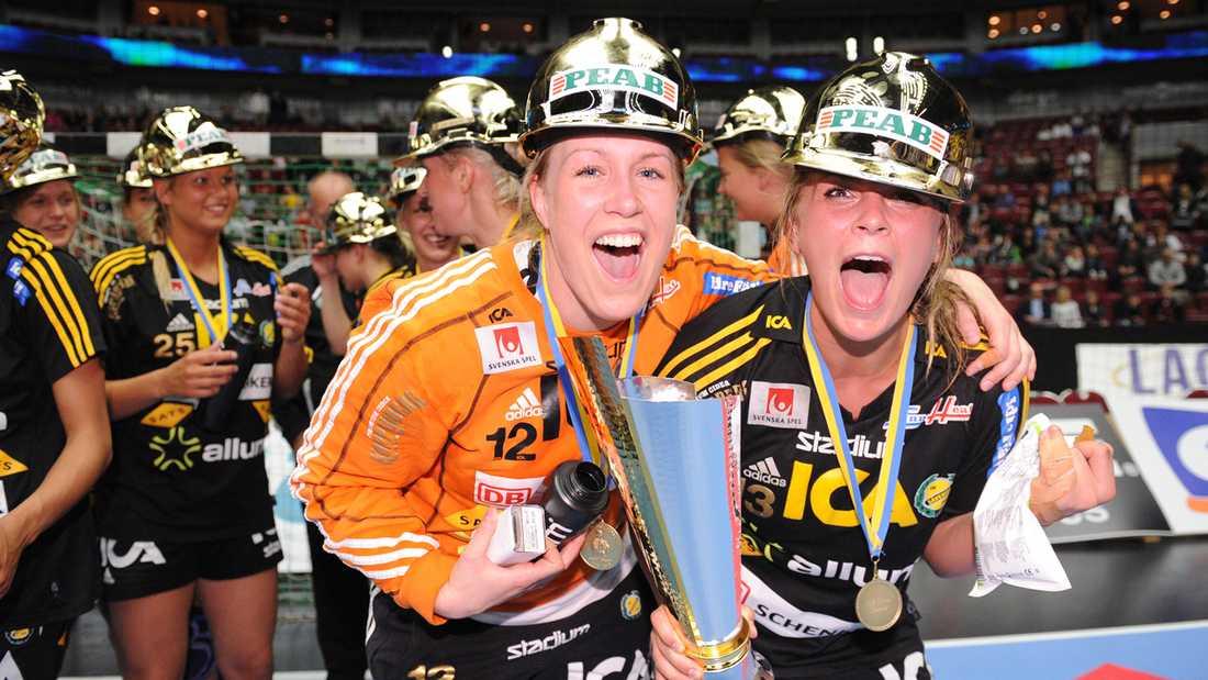 Målvakten Cecilia Grubbström och Isabelle Gulldén jublar efter Sävehofs SM-guld i maj 2010.