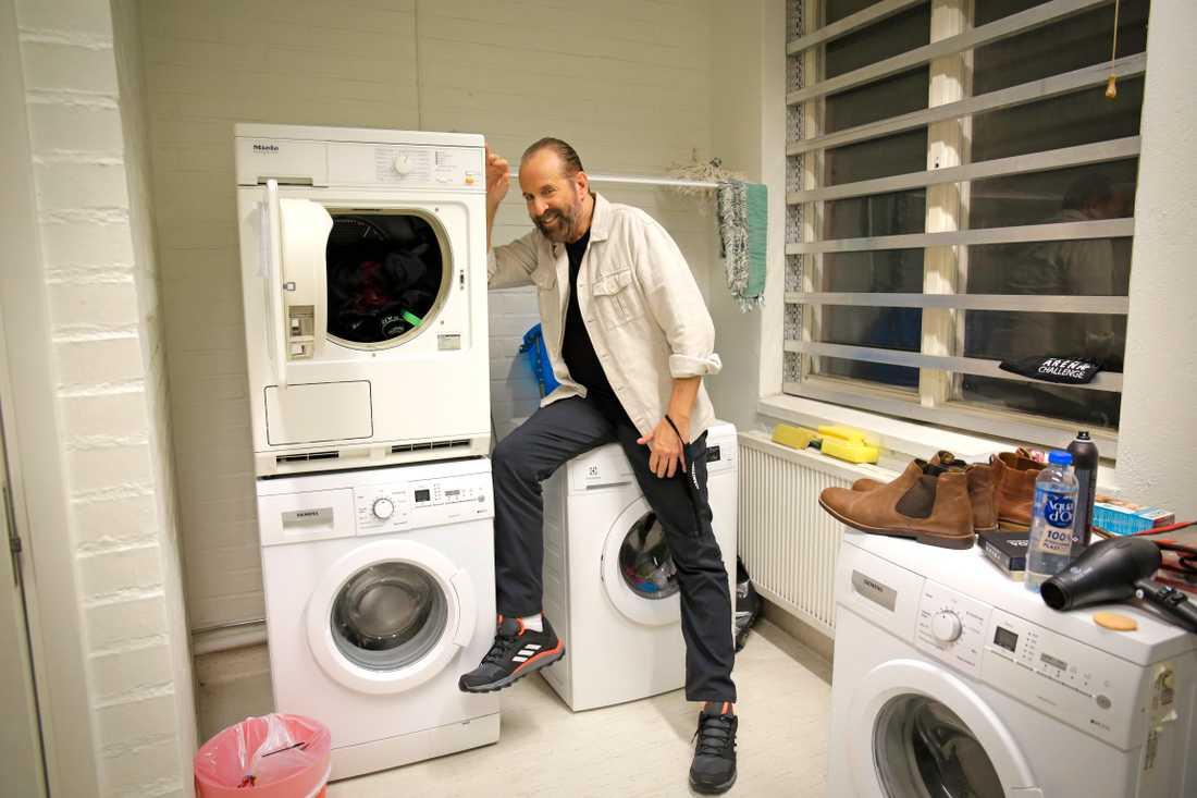 Peter Stormare lurar i tvättstugan bakom kulisserna.