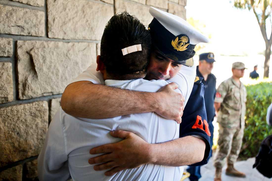 Anhöriga till ubåtsbesättningen tröstar varandra efter de senaste beskeden.
