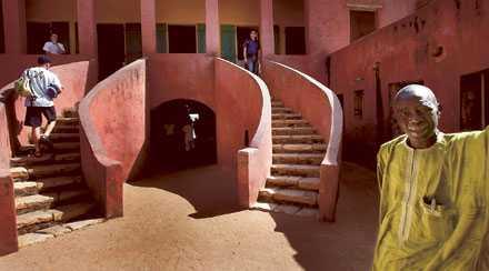 SLAVPORTEN Guiden Max Faye visar Gorées historiskt mest intressanta byggnad. Från innergården på pampiga Slavporten mynnar en smal korridor rätt ut i havet. Via den fördes människor under 300 år bort från Afrika för att bli slavar i Nya Världen.