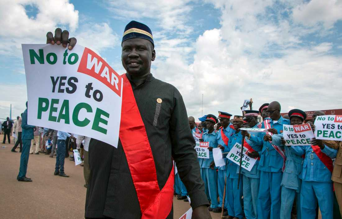 Sydsudaneser med fredsbudskap välkomnar president Salva Kiir på flygplatsen i Juba efter fredssamtal med rebelledaren Riek Machar. Arkivbild.