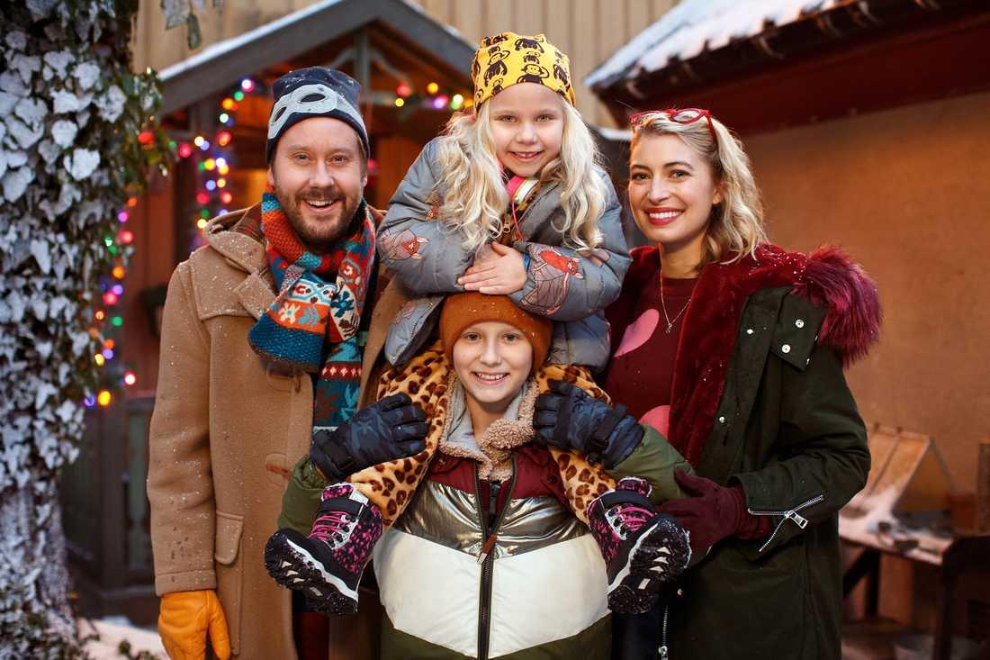 Familjen Storm spelas av Henrik Johansson, Adrian Macéus, Maja Söderström och Cecilia Forss.
