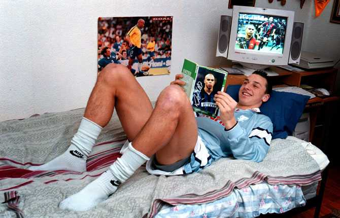 Zlatan i sitt pojkrum i Rosengård. På bokomslaget idolen Ronaldo i Intertröja. I skärmsläckaren idolen Ronaldo med Barça-tröja. En tillfällighet...?