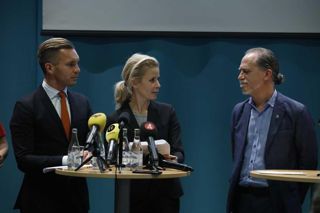 Kristdemokraterna gruppledare Erik Slottner gruppledare, Moderaternas Anna König Jerlmyr och Miljöpartiets Daniel Helldén