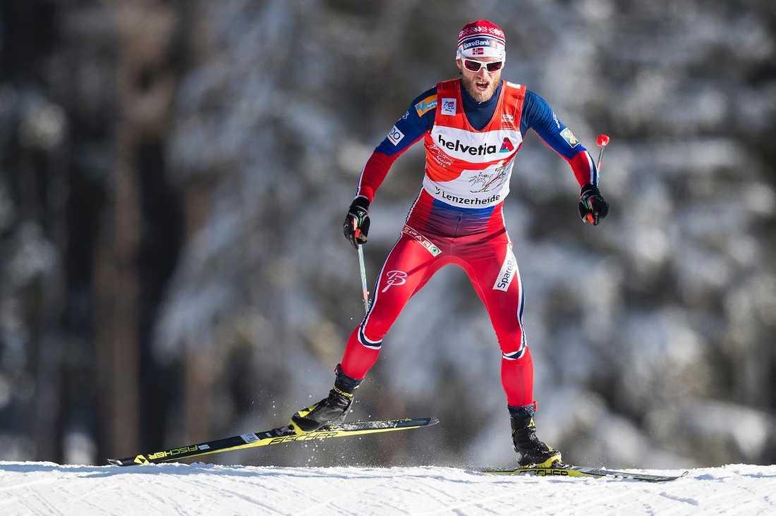 Norrmannen Martin Johnsrud Sundby leder Tour de Ski klart – och skramlade in några ytterligare bonussekunder i gårdagens jaktstart. Foto: AP