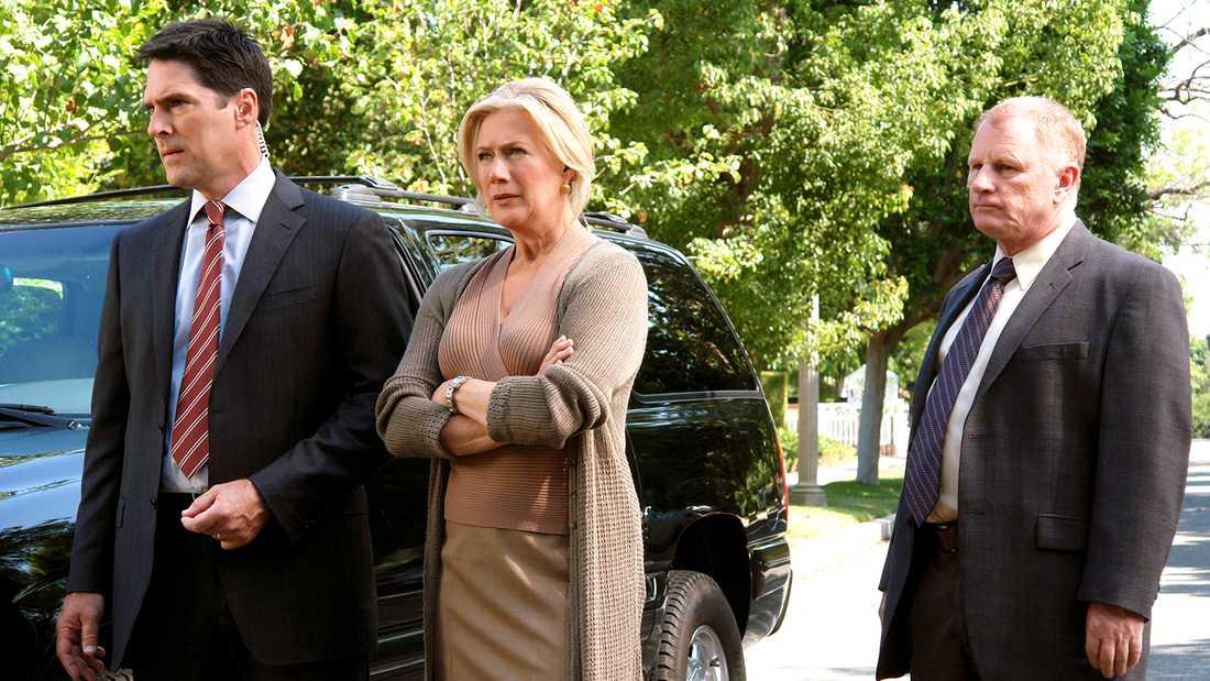 """Ur en tidigare säsong av """"Criminal Minds"""", från vänster Thomas Gibson som Aaron Hotch, Jayne Atkinson som Erin Strauss och Gordon Clapp som detektiv Wolynski."""