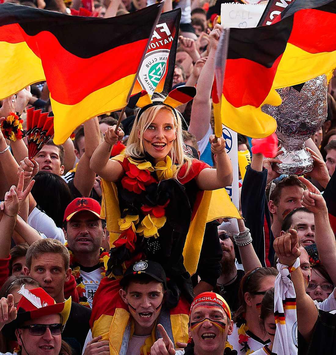 Jublande tyska fotbollsfans – före förlusten mot Italien. Foto: AP
