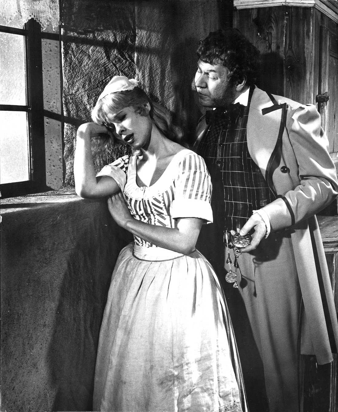 "Bibi Andersson som ""Sara"" och Åke Fridell som ""Tubal"" i Ingmar Bergmans film ""Ansiktet""."