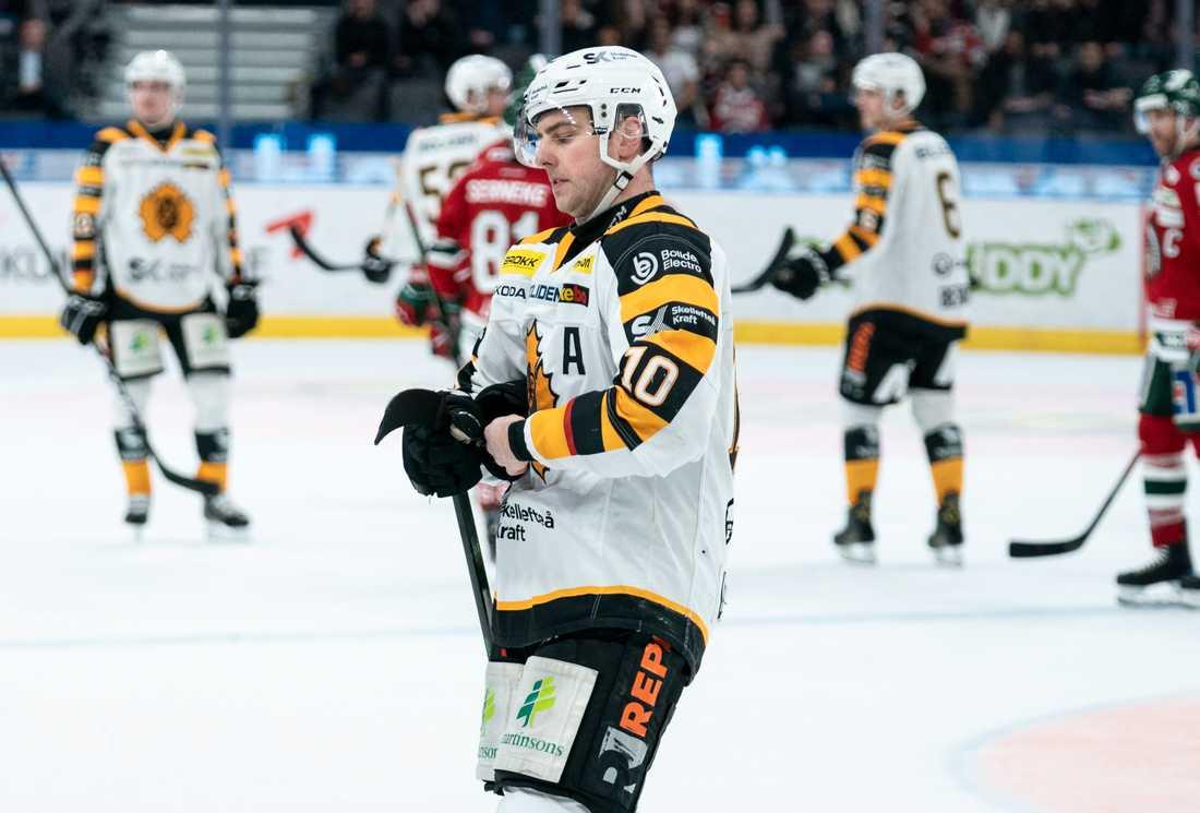 Skellefteås Joakim Lindström fick matchstraff för en knätackling och stängs nu av tre matcher.