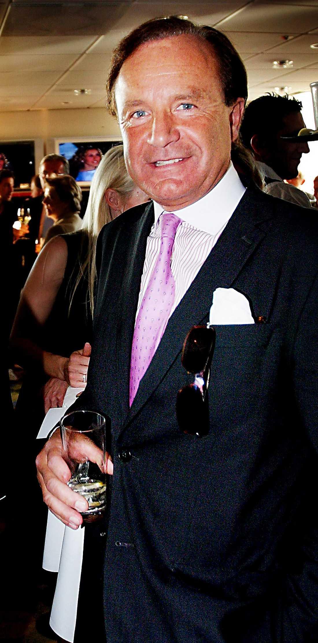 ANDERS LETTSTRÖM  Godsägare och affärsman. Är bland annat ordförande i Oscarsteatern och styrelseledamot i 2E Group. Barndomsvän med kungen. Anders Lettströms gammelfarbror var Gustaf VI Adolfs närmaste man. n Jagar ibland tillsammans med kungen. Semestrar ofta med kungaparet, bland annat på Mikael och Anne Kraffts segelbåtar. Bor: På Östermalm i Stockholm och på Sköldnora Kungsgård i Upplands Väsby. Familj: Gift med Christina, 50. Har barnen Gustaf, 22, och Wilhelm, 19. Inkomst: 371 000 kronor taxeringsåret 2010.