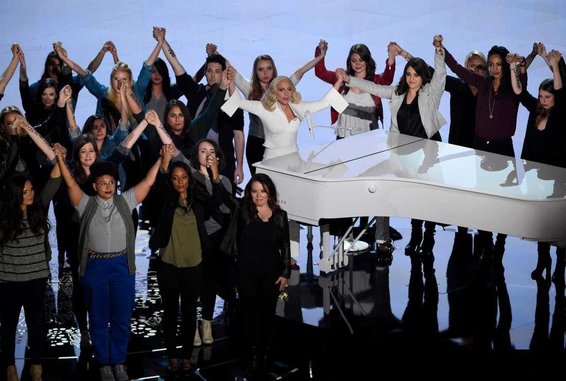 """Lady Gaga rörde publiken till tårar med sitt framförande av låten """"It can happen to you"""". På scen fanns kvinnor med budskap skrivna på armarna."""