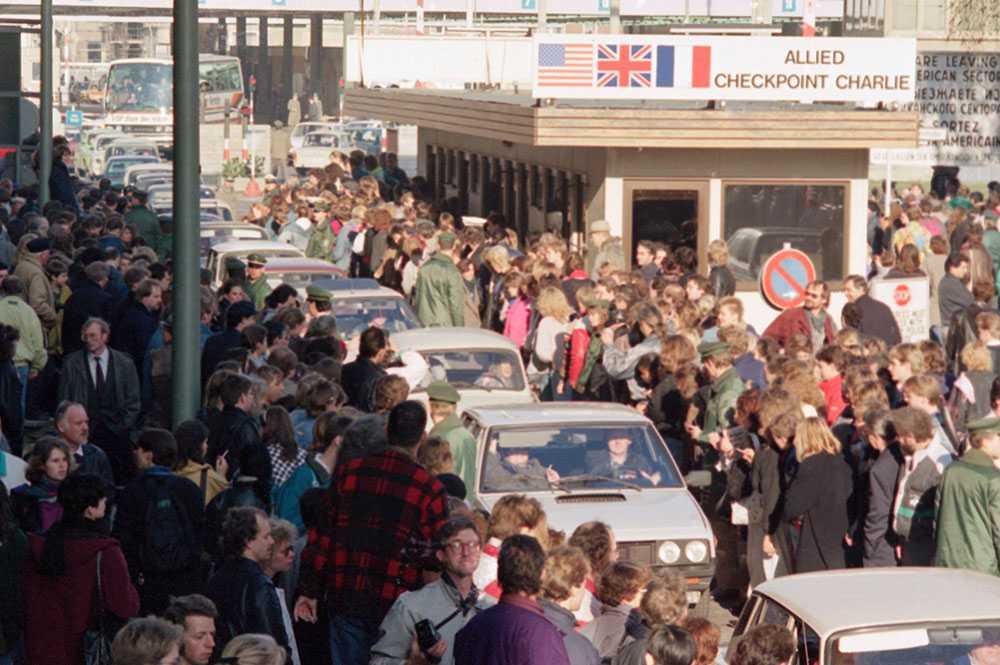 När östtyskarna åkte över vid Checkpoint Charlie applåderades de av västberlinarna.