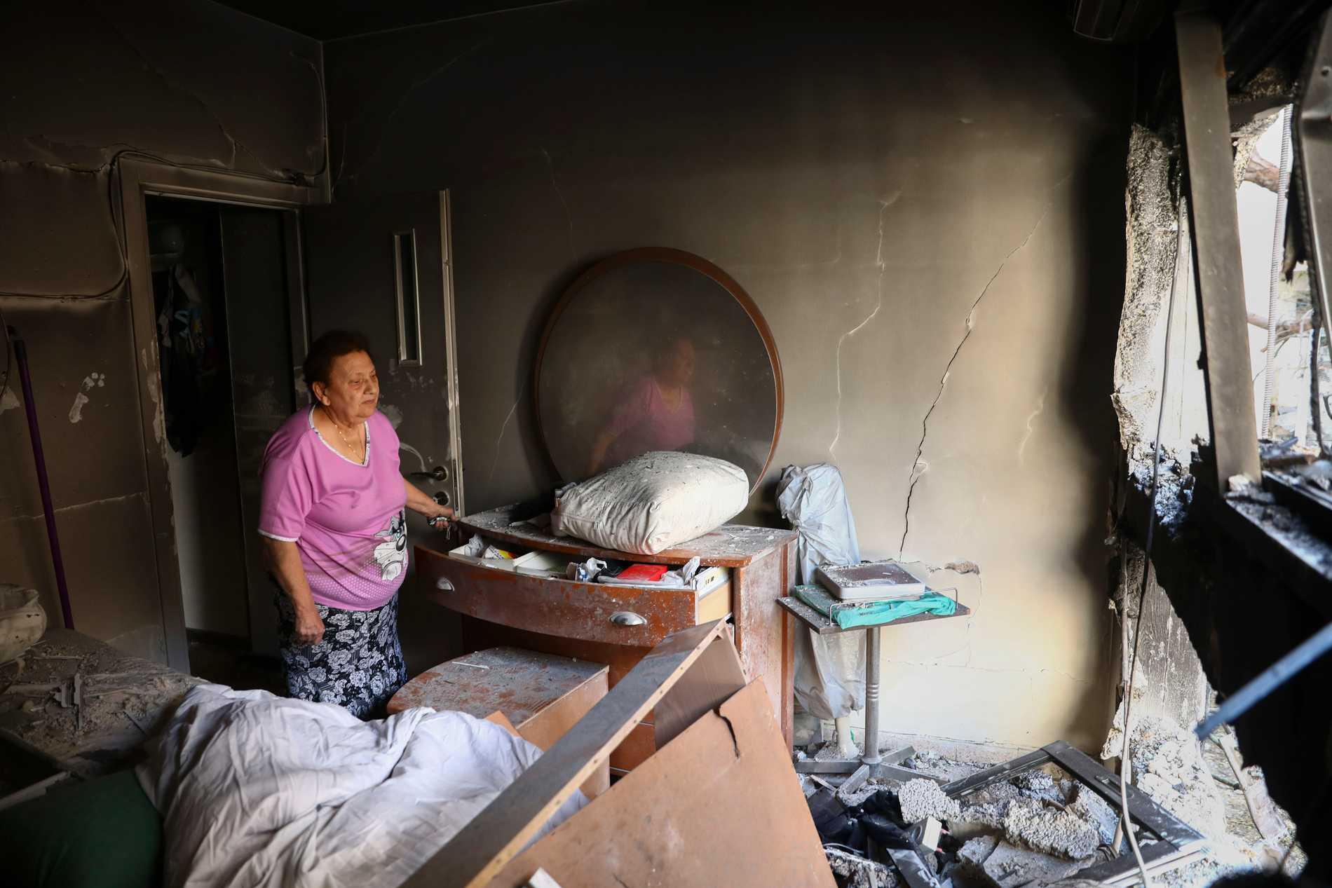 Julianna Sror ser ut från  sin förstörda lägenhet i Petah Tikva, Israel. Lägenheten träffades av en raket avfyrad från Gaza.