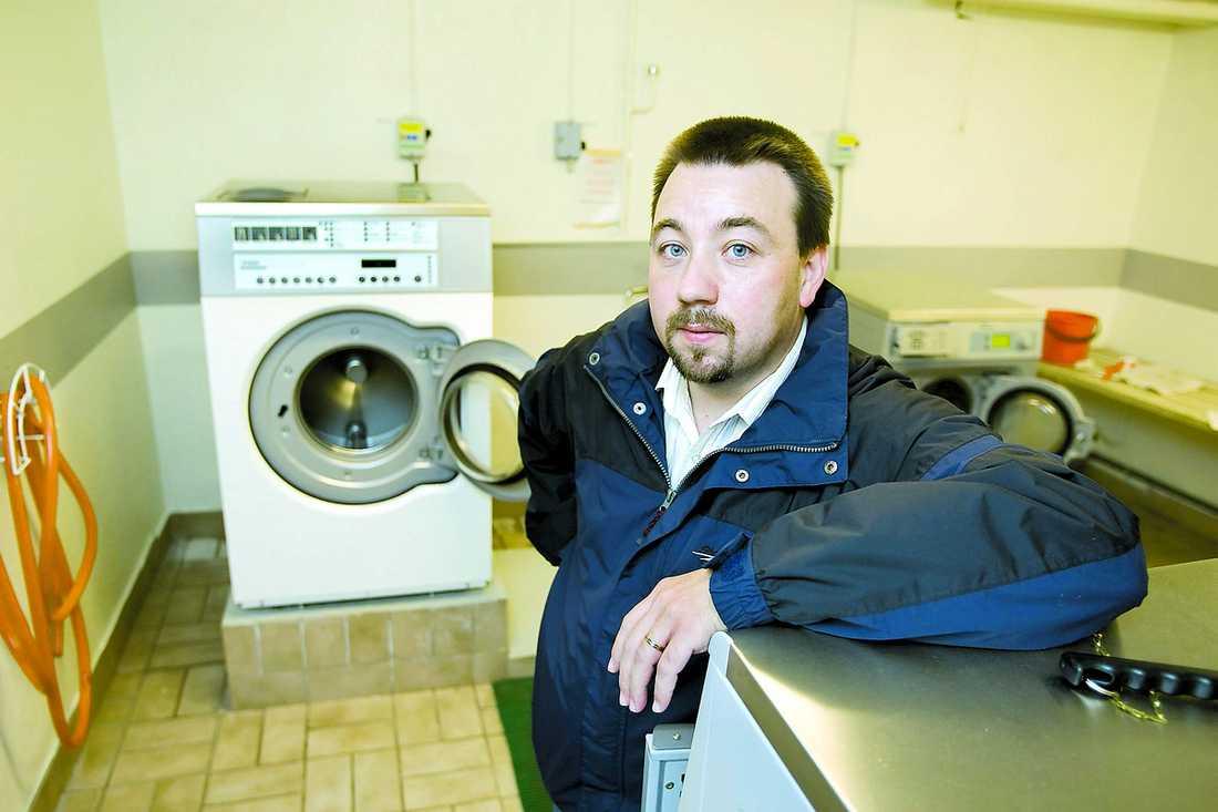 Slut på grannfejden Inga tvättstugebråk med egna tvättmaskiner i lägenheterna. Men hyresgästen Karl Larsen tycker att alla ska ha rätt att välja vad de vill ha.