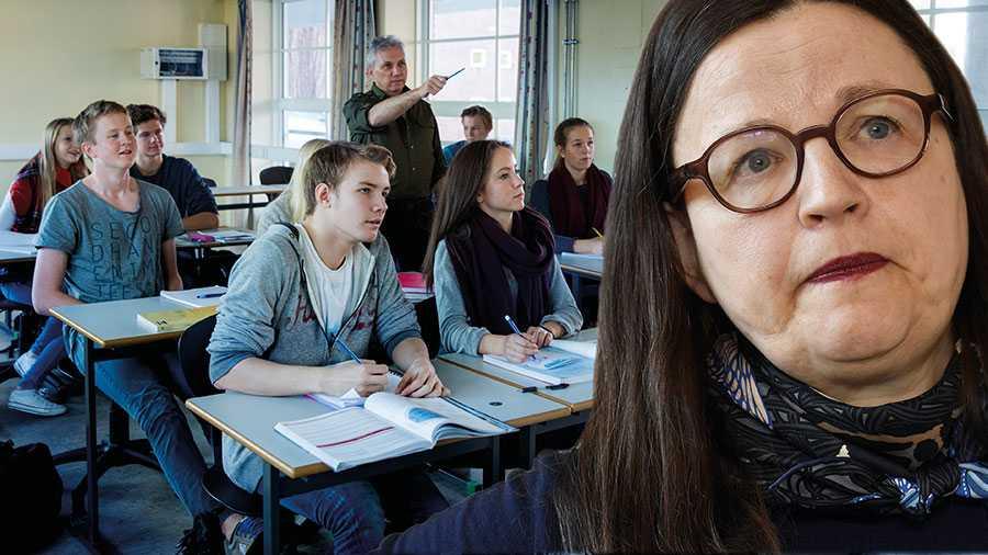 I stället för att skylla på de unga borde utbildningsminister Anna Ekström se till att skolorna verkligen kan uppfylla FHM:s rekommendationer, skriver Per Adman.