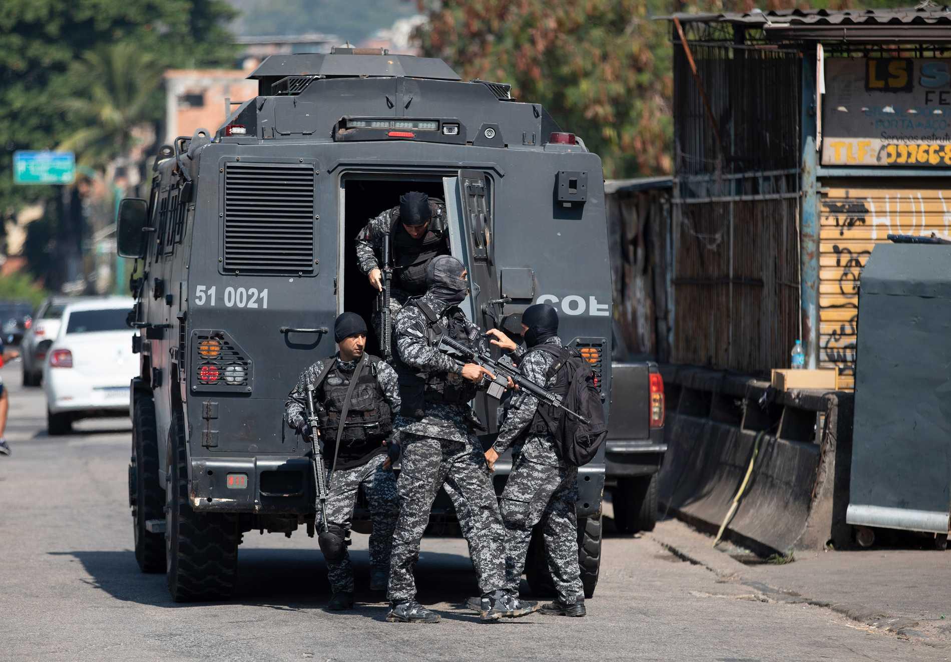 Brasilianska poliser förbereder sig för tillslaget mot knarkhandlare i Rio de Janeiro på torsdagen. Minst 25 människor dog – varav en polis – i tillslaget, enligt lokala medier.