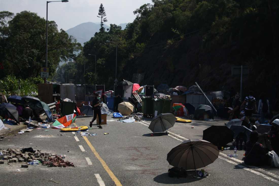 Demonstranterna i Hong Kong bygger barrikader.