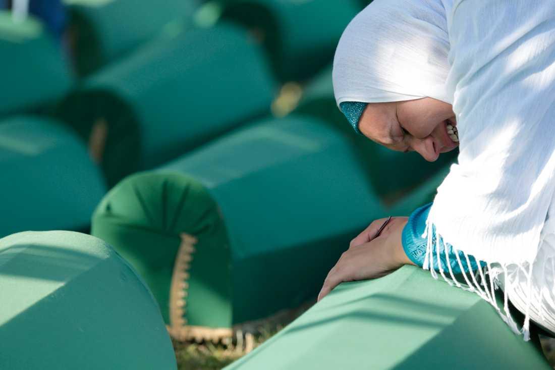 Sorg under en begravningsceremoni tidigare i år för några av offren för massakern i Srebrenica.
