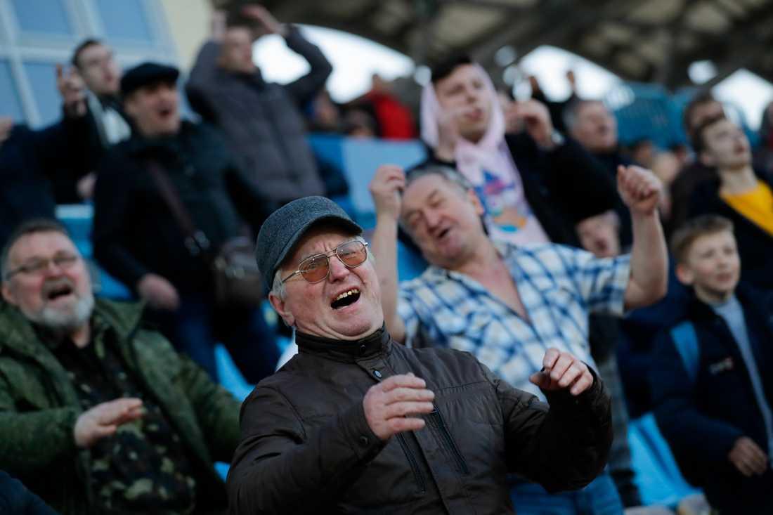 Det spelas fortfarande fotbollsmatcher i Vitryssland – till skillnad från i övriga Europa. Här syns engagerade åskådare i staden Zjodino i fredags. Vitryssland har infört få restriktioner för att begränsa coronavirusets framfart.